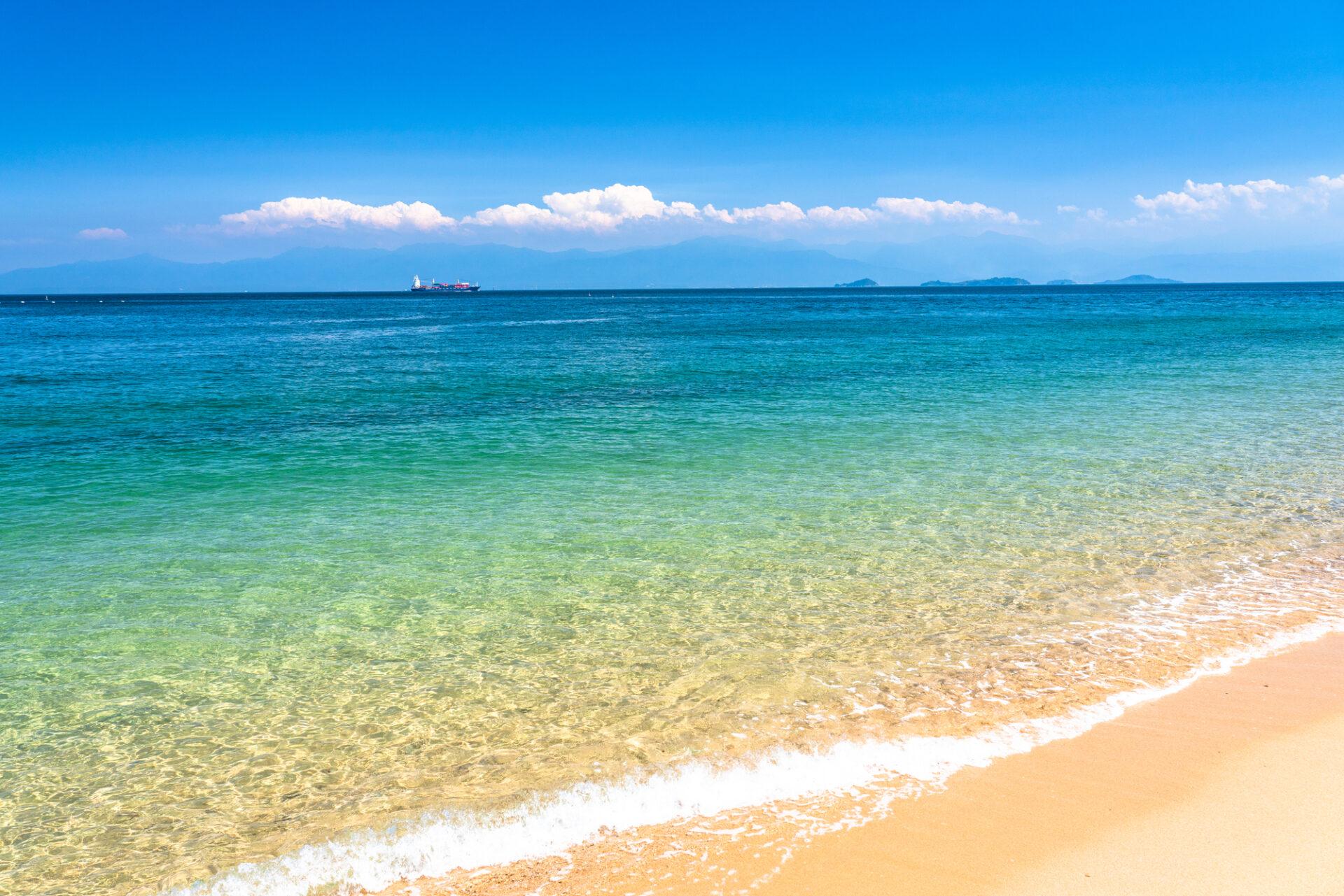 白い砂浜と海