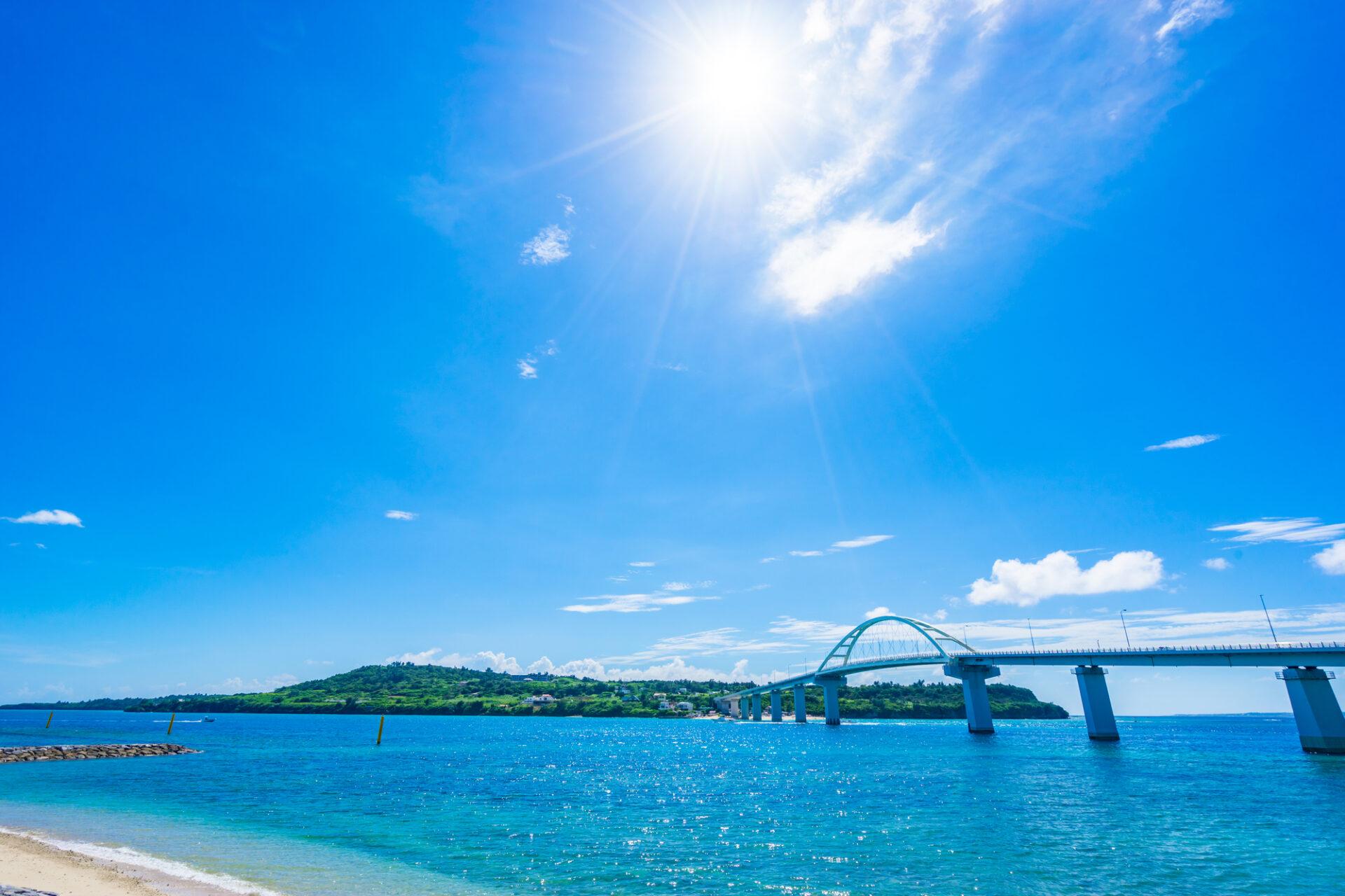橋と海と砂浜