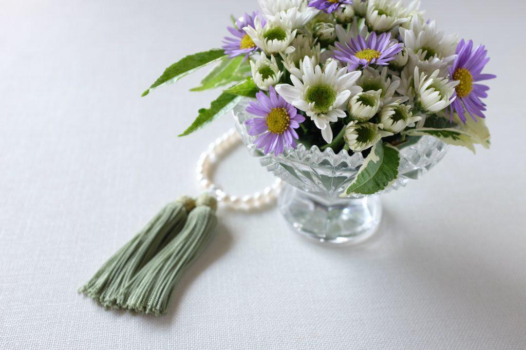 数珠と活けてあるある花
