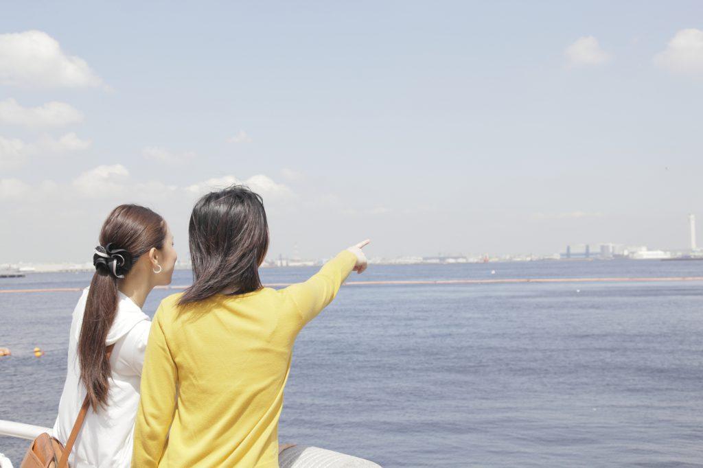船から水平線を眺める女性たち