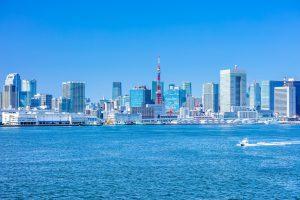 東京の海から見た都会の街並みと東京タワー