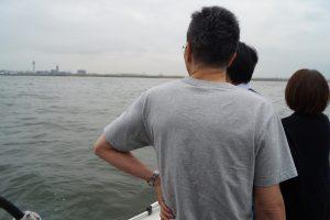 散骨した東京湾を眺めるご家族
