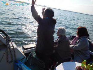 散骨を済ませた東京湾に向かい別れを惜しむご家族