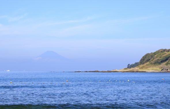 広い海と遠くに見える山
