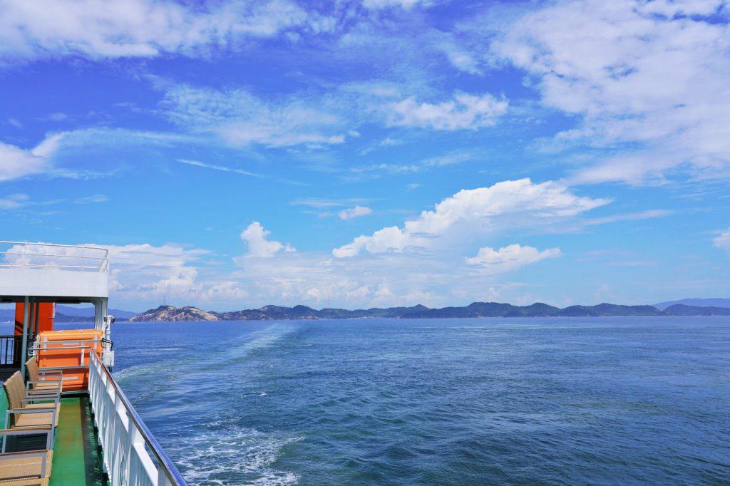 船から見える広々とした海と青空
