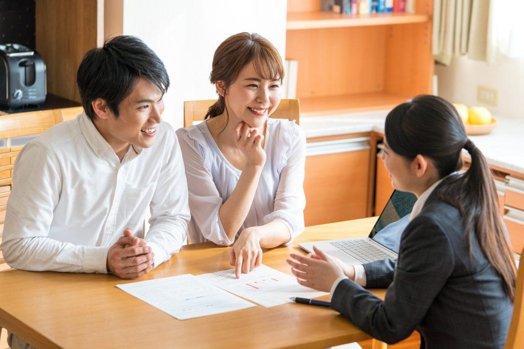 若い夫婦が女性プランナーに相談しているシーン