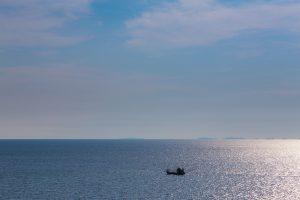 広い海の上に船が浮かぶ