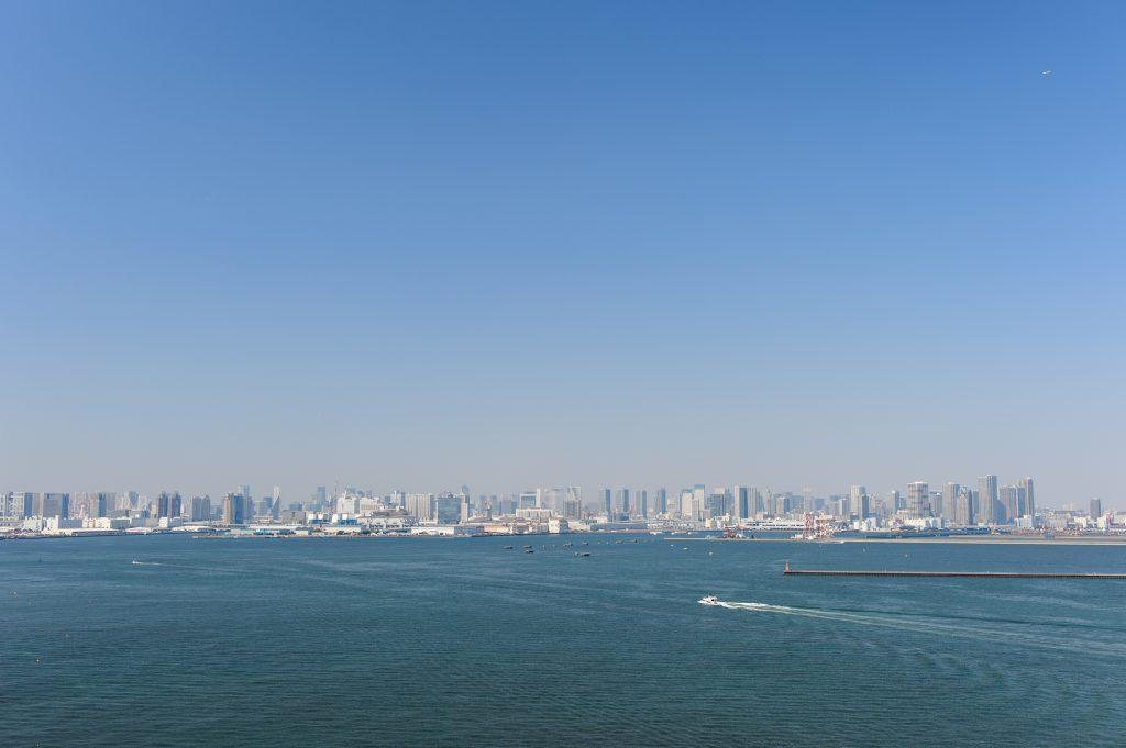 東京湾と遠くに見える街並み