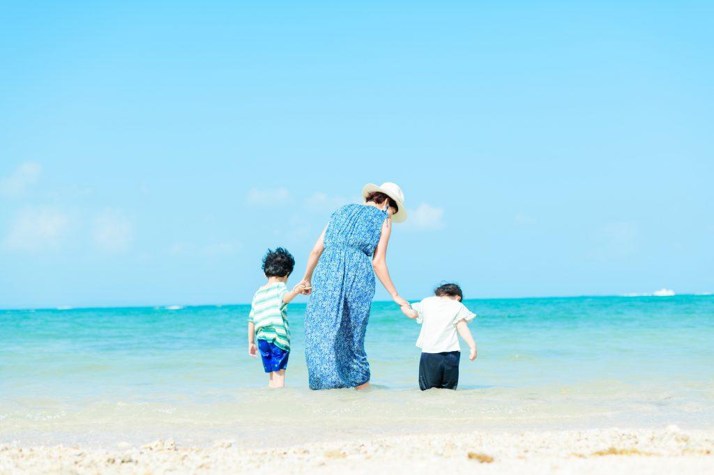 砂浜にいる家族