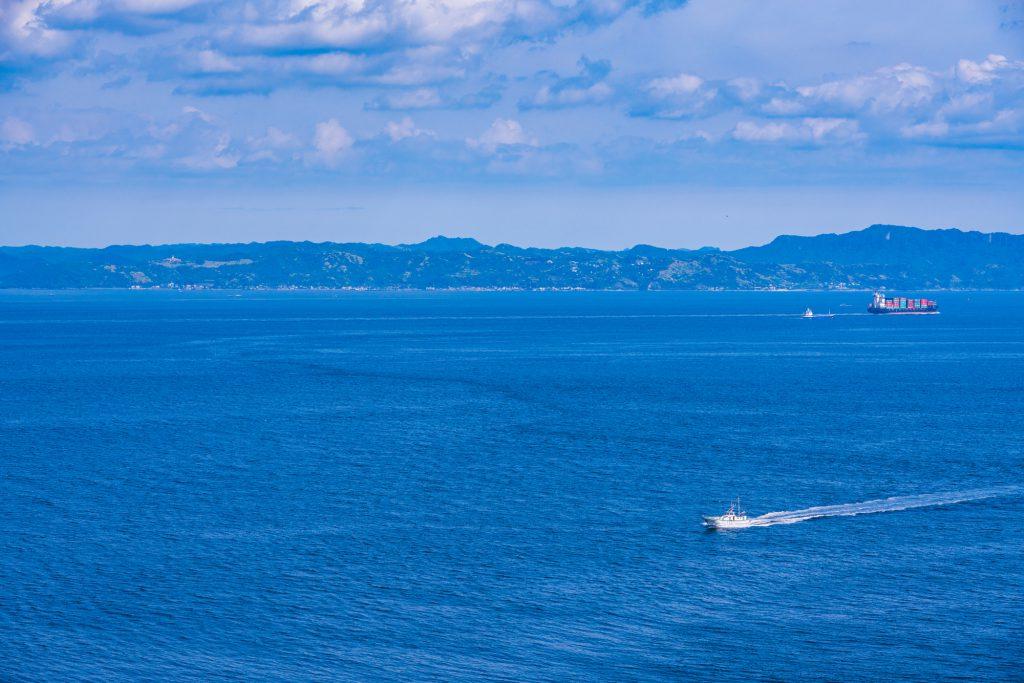 広い海と船