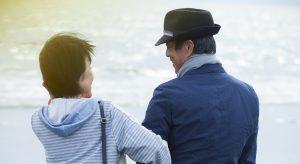 海で見つめあう夫婦