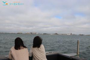 散骨を終え海を眺めて別れを惜しむ女性達