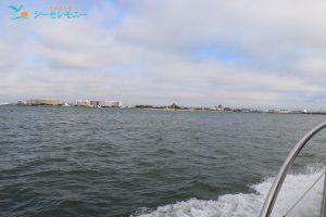 散骨ポイントに向けて東京湾を進むクルーザー