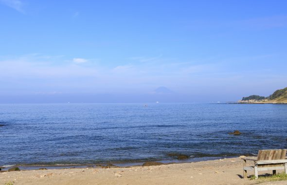 海辺にベンチが置いてある