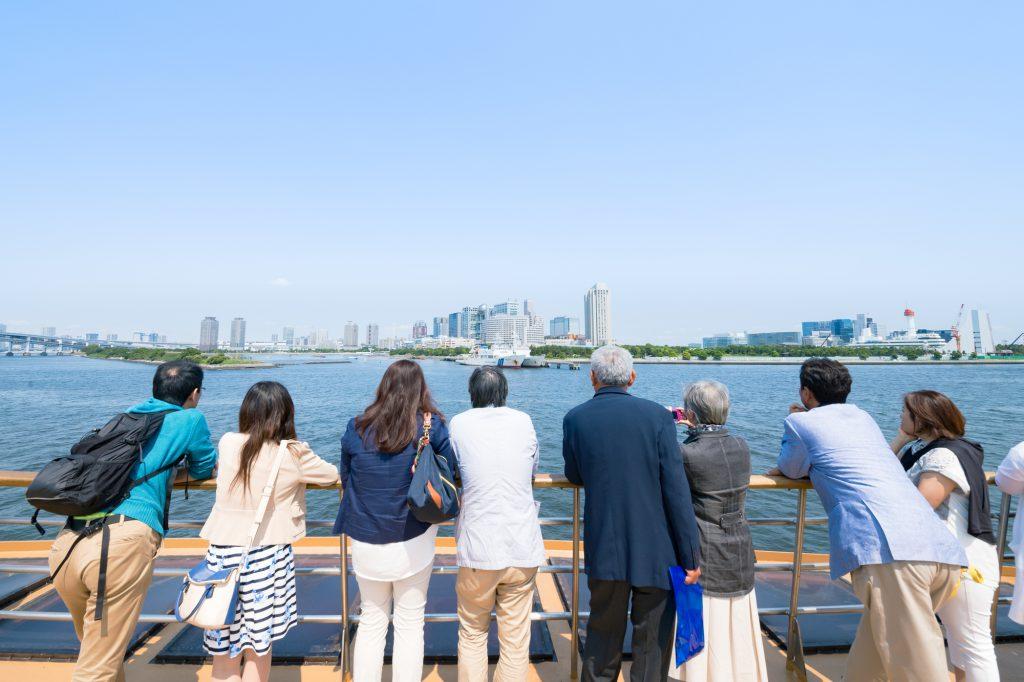 海を見つめる人たちの後ろ姿