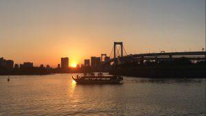 夕日に照らされた東京湾と船