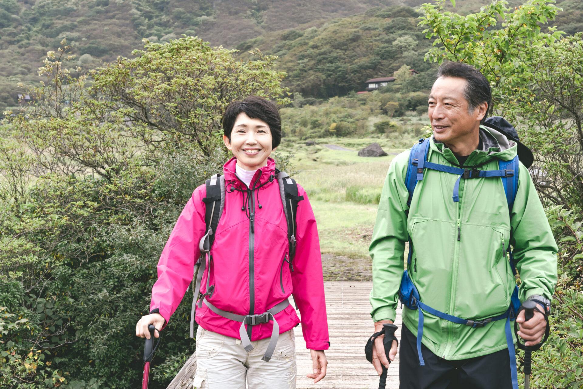 ハイキングを楽しむ夫婦