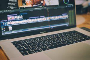 動画を再生するパソコン