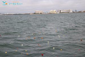 散骨セレモニーで献花され海を漂う花びら