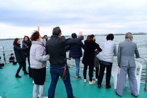 散骨を終え東京湾に向かって別れを惜しむご家族