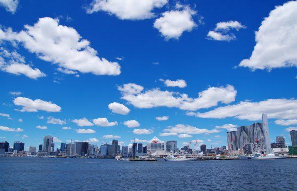 都会と海と雲