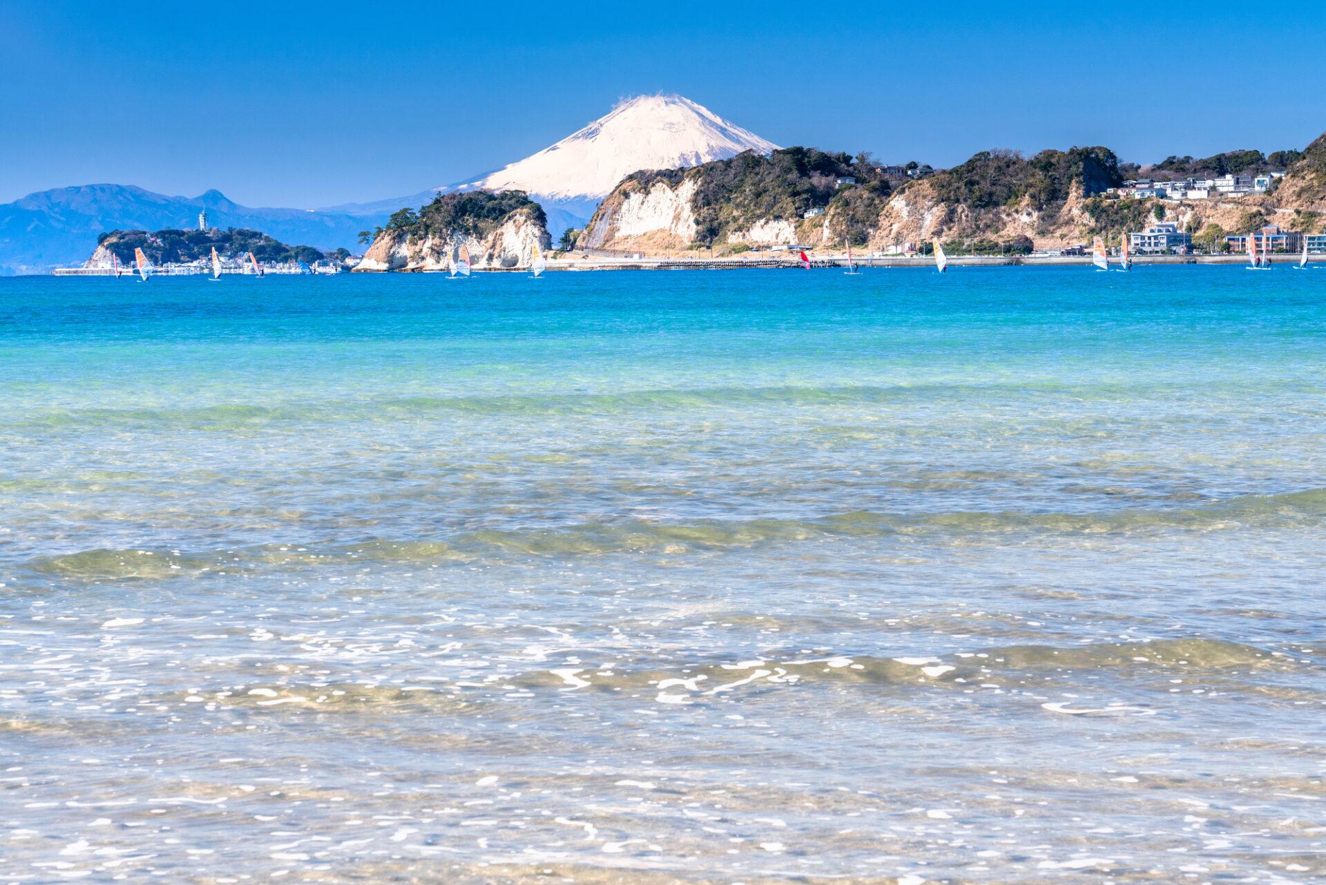 海と白い砂浜と富士山