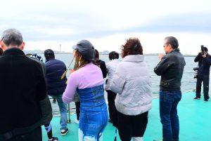 散骨を終え東京湾に黙祷するご家族