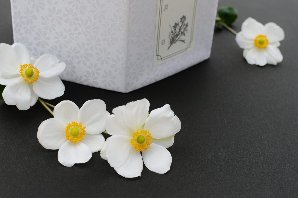 骨壺と白い花