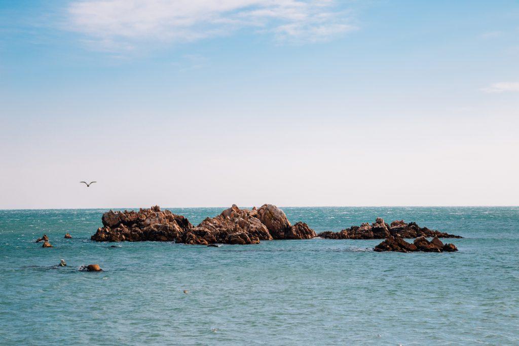 海から出ている岩場