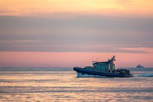 夕方の海を進む船