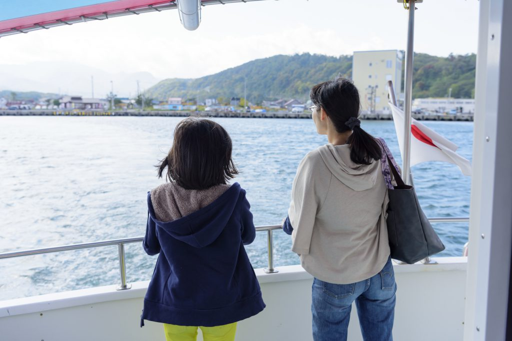 船に乗っている親子