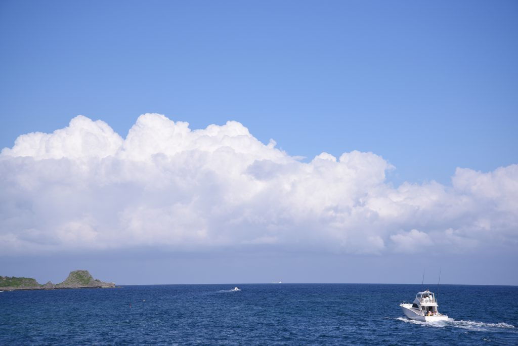 白い雲と青い海