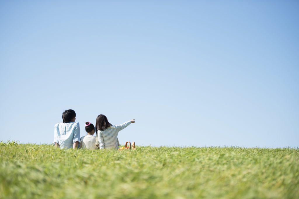 野原に座っている家族