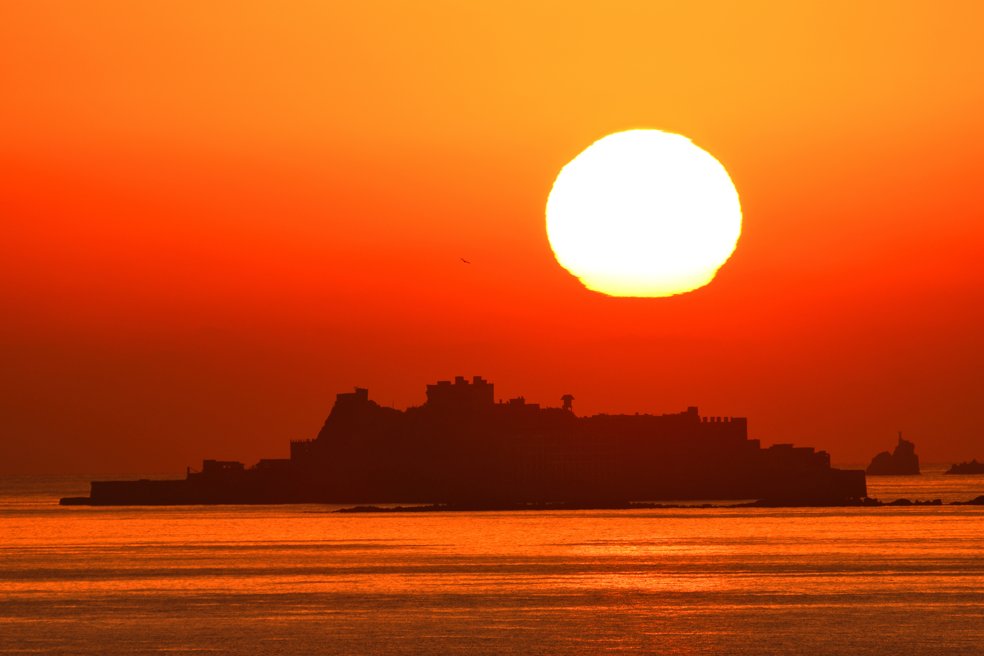 夕焼けに染まる海と船