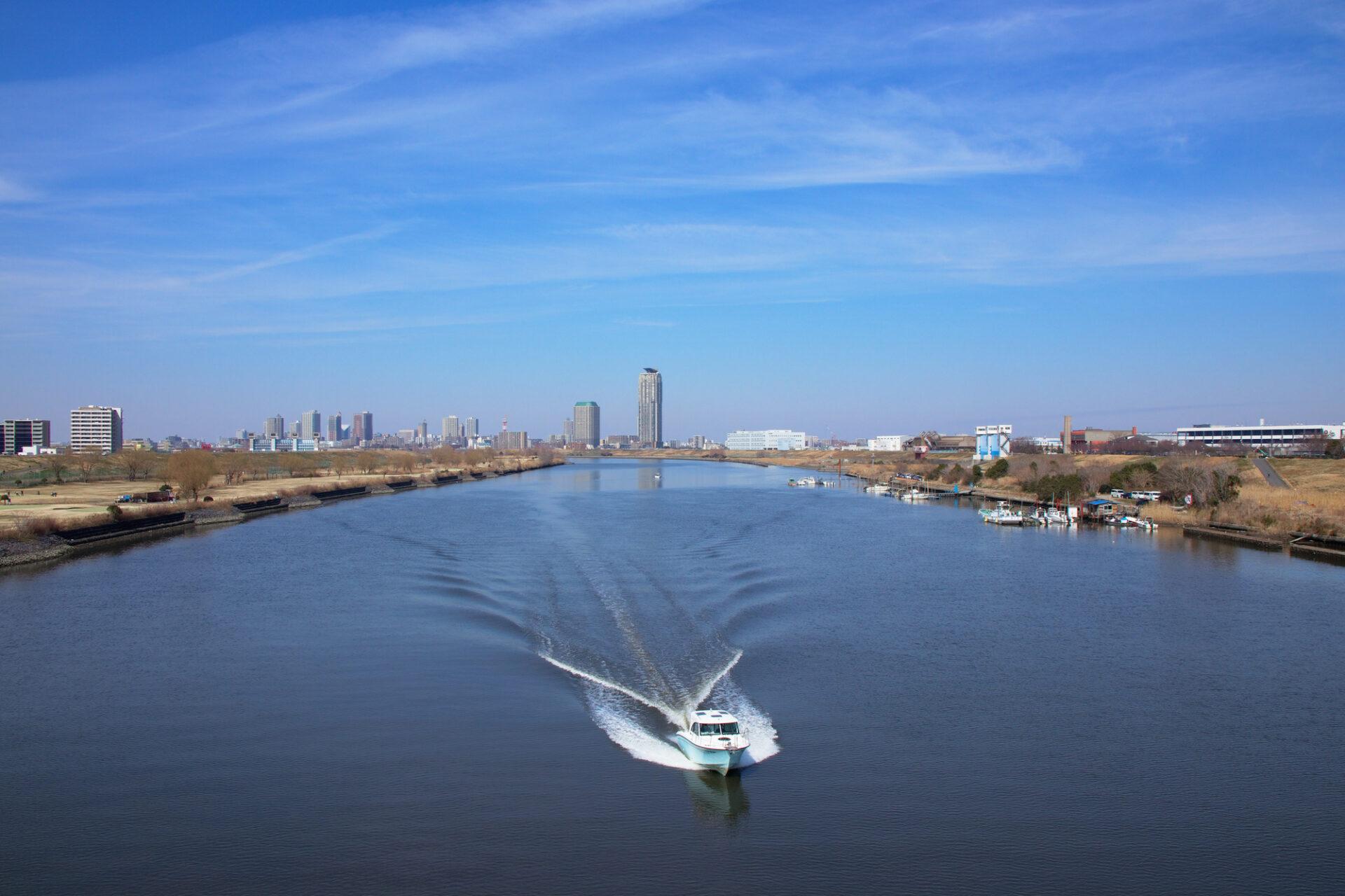 運河を走るクルーザー