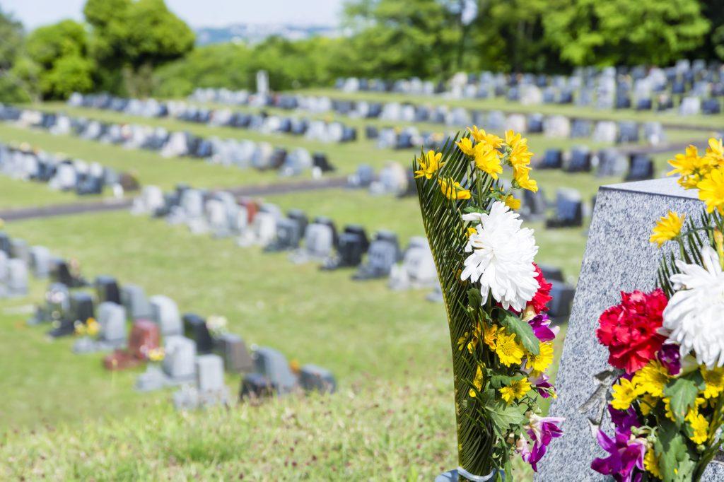 同じ形のお墓が並ぶ霊園