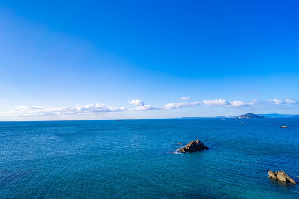青い海が遠くまで広がる