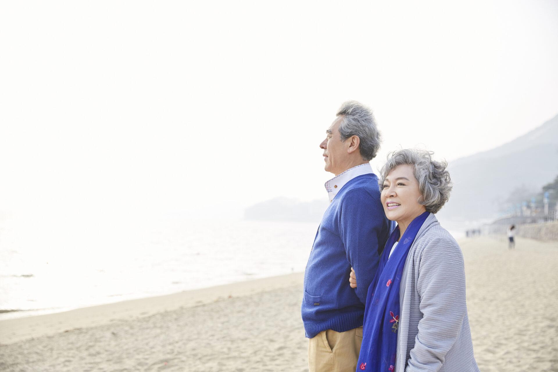 老夫婦が海を眺める