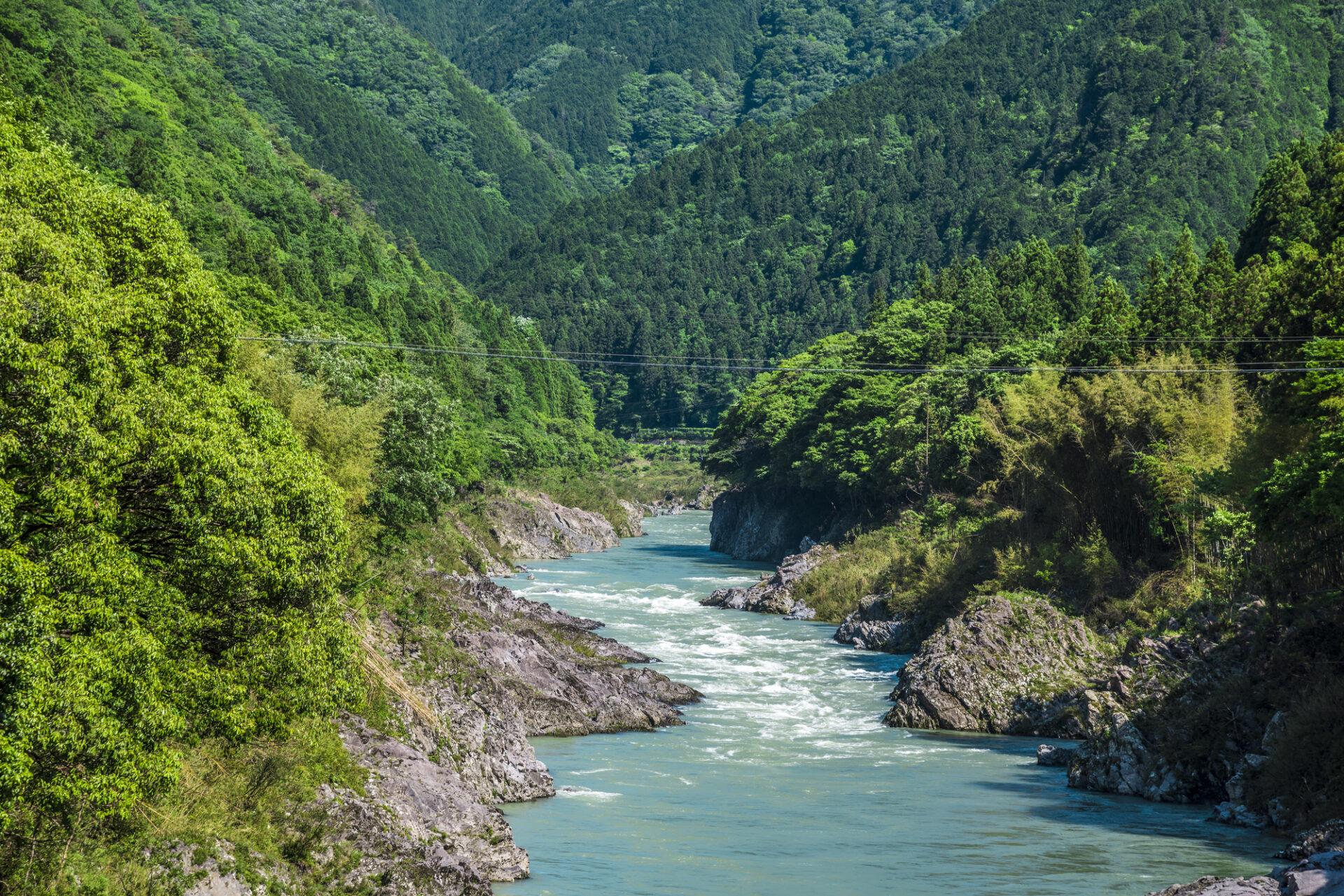 山の谷間に流れる大きな川