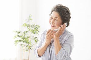電話する高齢の女性