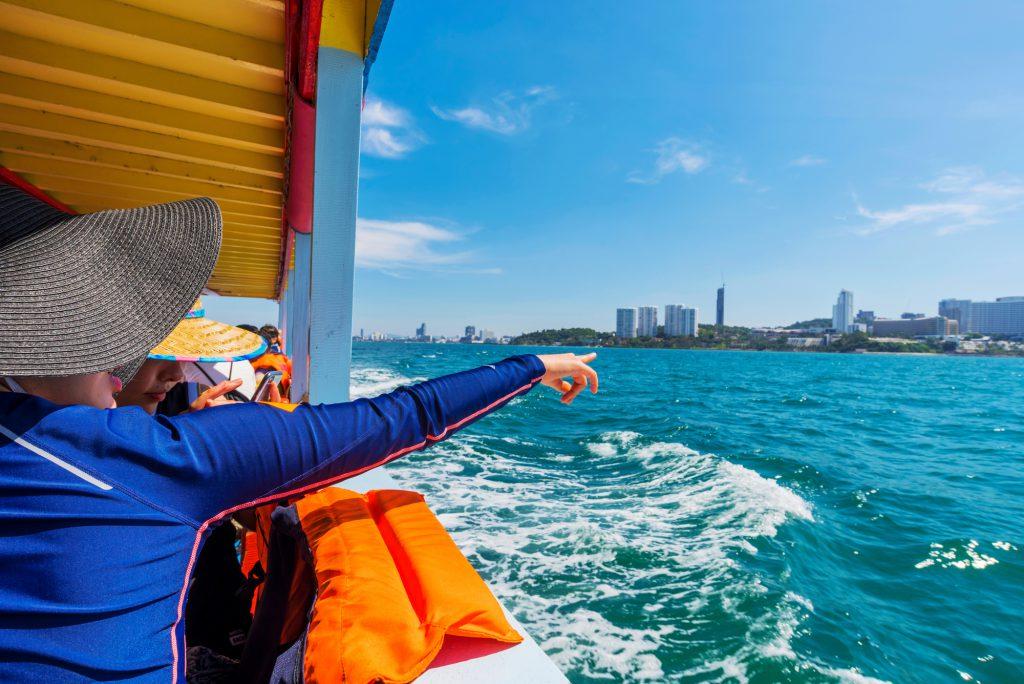 船から景色を眺める人