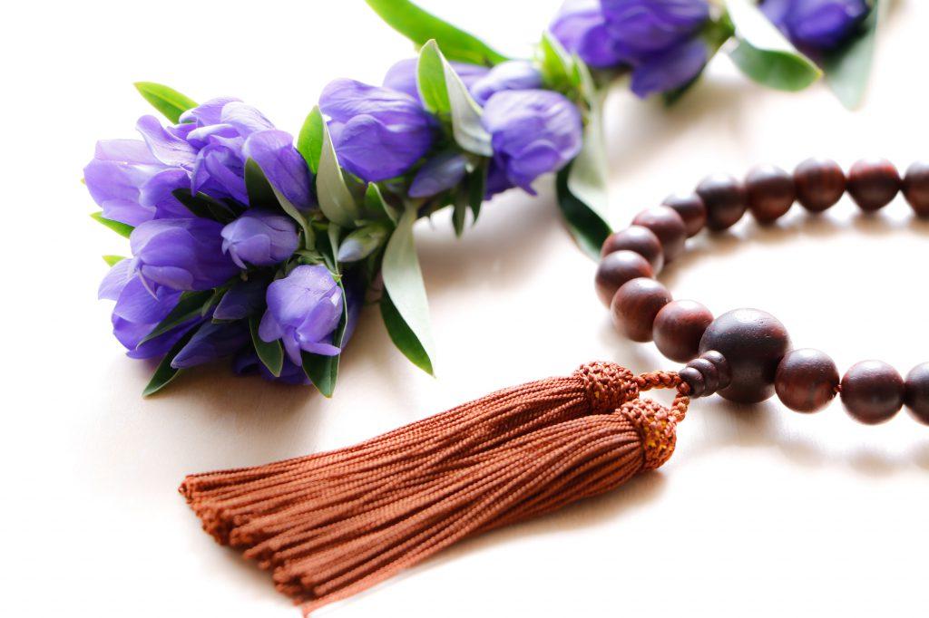 数珠と紫の切り花