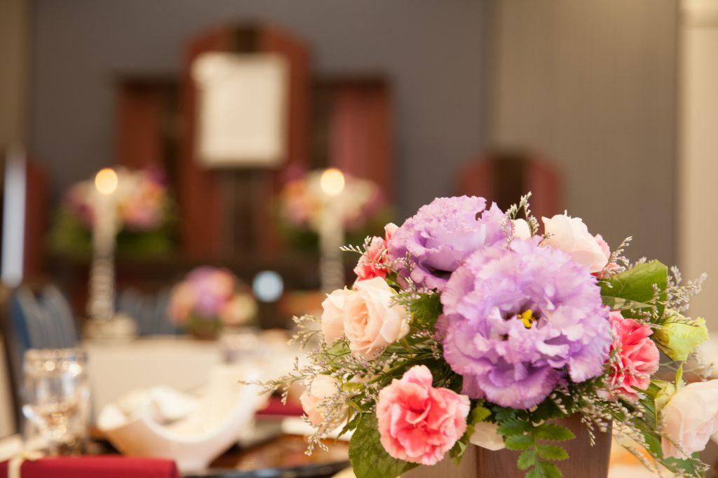 祭壇とテーブルに置かれた花