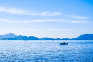 船が浮かぶ広い海