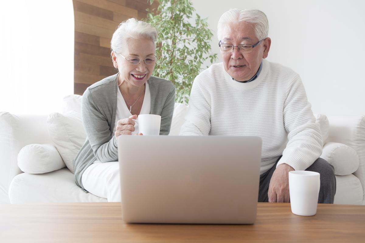 パソコンを見る高齢のご夫婦
