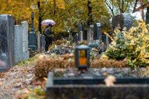 生前墓を建てるメリット お墓参りする女性