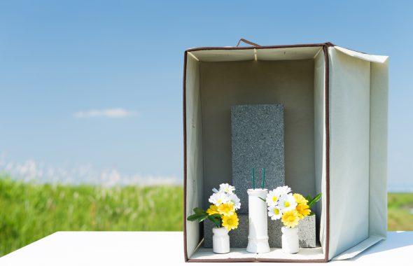 手元供養ができる小さなお墓と原っぱの風景