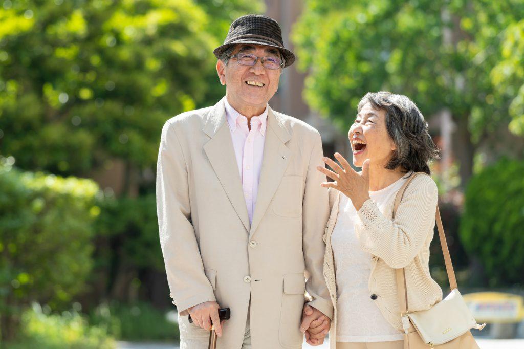 おじいちゃんと喜んでいるおばあちゃん