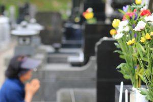 お墓参りしている女性