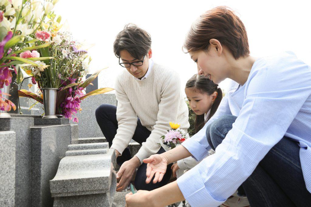 家族でお墓を掃除するシーン